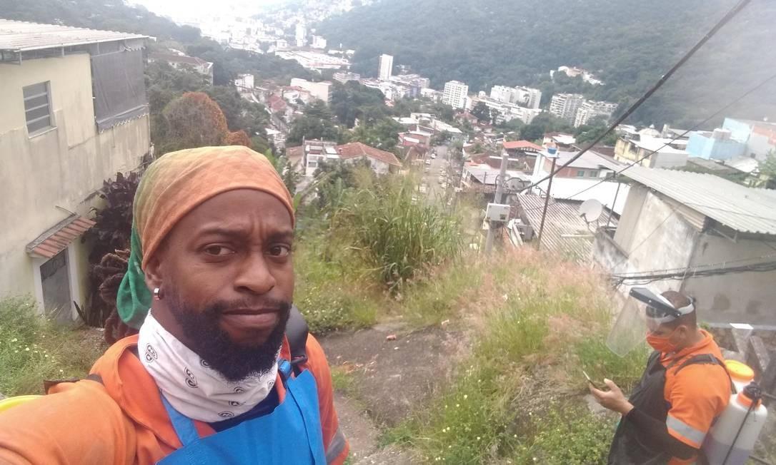 Henrique Niggaz, que é gari e gestor ambiental, posa no Morro do Catrambi, na Tijuca Foto: Divulgação/@Midia.Rio