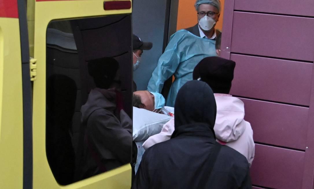 Médicos colocam o opositor russo Alexei Navalny em uma ambulância antes de ser transferido para a Alemanha Foto: Alexey Malgavko / Reuters