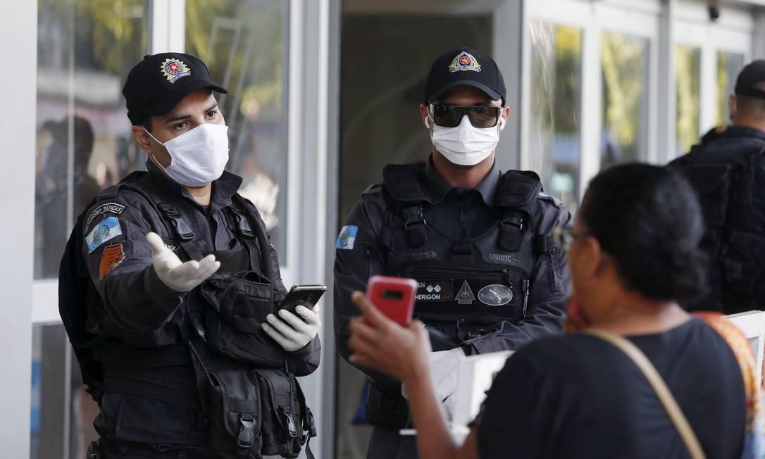 No começo da pandemia, Polícia Militar fiscalizava embarque de trabalhadores essenciais nas barcas – e outros modais do transporte público Foto: Fabiano Rocha / Agência O Globo - 23/03/2020