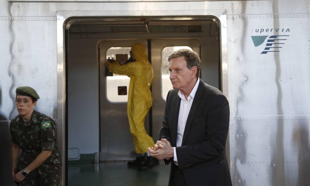 Prefeito Marcelo Crivella acompanha ação de desinfecção na Central do Brasil por militares das Forças Armadas Foto: Fábio Rossi / Agência O Globo