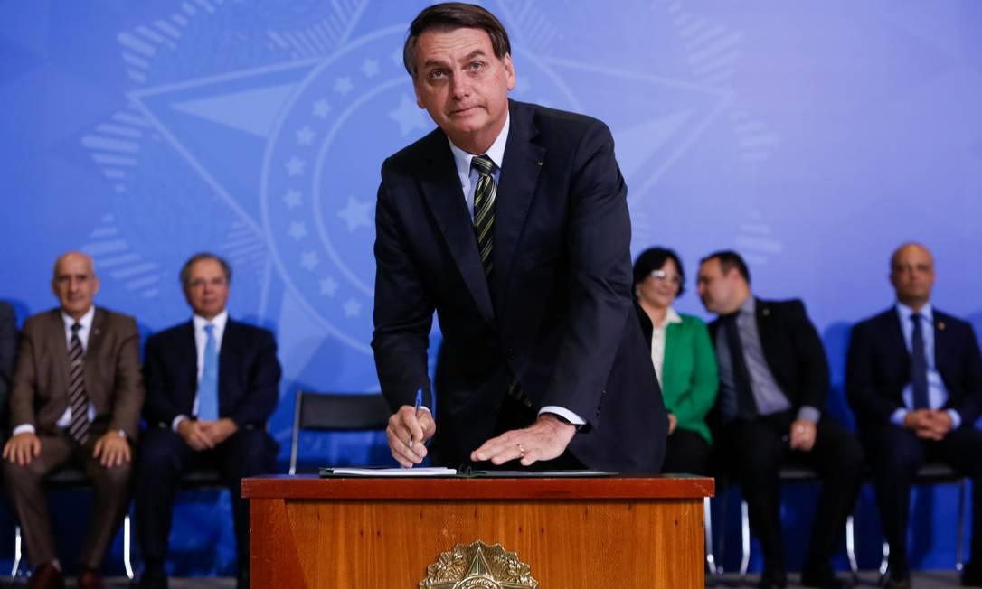 O presidente Jair Bolsonaro assina decreto Foto: Carolina Antunes / PR