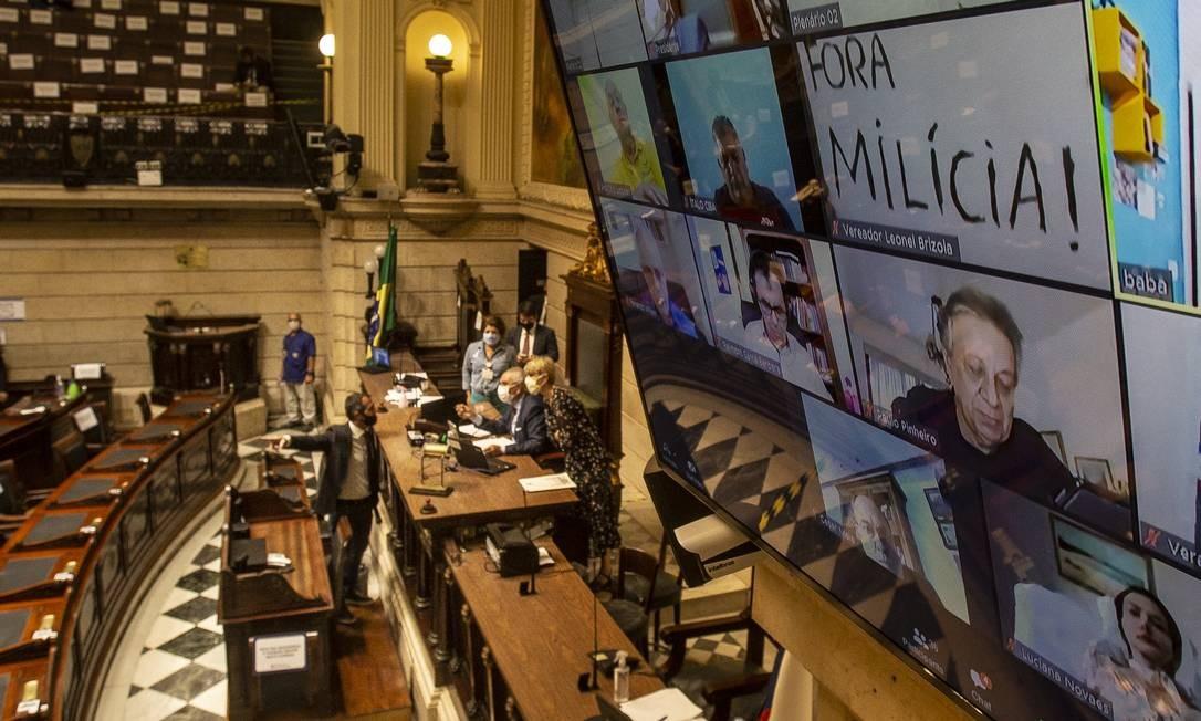 Plenário da Câmara com um telão: em sessão que teve participações presenciais e virtuais de vereadores, pedido de abertura de impeachment foi derrubado por 25 votos a 23 Foto: Alexandre Cassiano / Agência O Globo