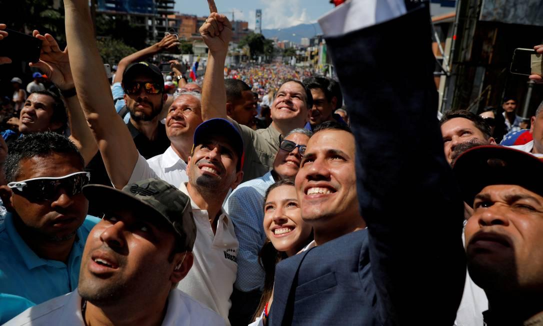 Juan Guaidó (de terno) e Henrique Capriles (de boné colorido) participam de protesto contra Maduro em Caracas, em 2019: apoio a aliado durou um ano e meio, mas posições ficaram incompatíveis Foto: Carlos Barria / REUTERS