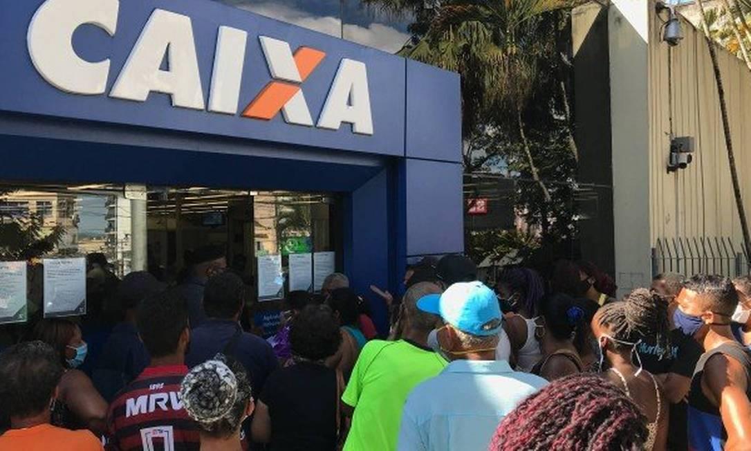 Caixa: pagamento do auxílio emergencial gera aglomerações nas portas de agências Foto: Roberto Moreyra / 28.04.2020