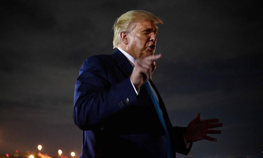 Presidente Donald Trump fala com repórteres ao desembarcar na Base Aérea Andrews, em Maryland, após evento de campanha na Pensilvânia Foto: MANDEL NGAN / AFP