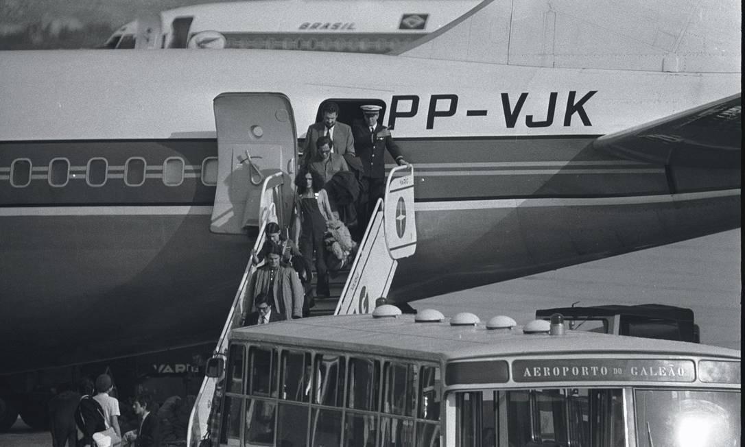 Desembarque de Caetano, em janeiro de 1972, no Aeroporto do Galeão, no Rio, na volta do exílio em Londre Foto: Arquivo / Agência O Globo