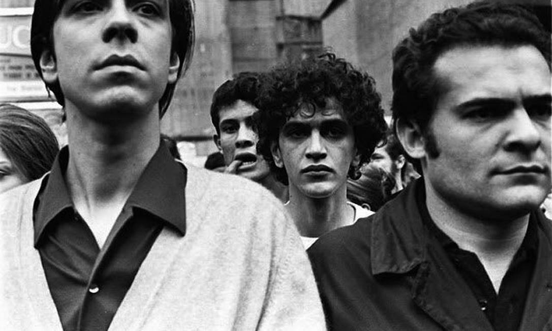 """Caetano durante a """"Passeata dos Cem mil"""", em 26 de junho de 1968, contra a ditadura, antes da decretação do AI-5 e de sua prisão Foto: Reprodução / Twitter"""