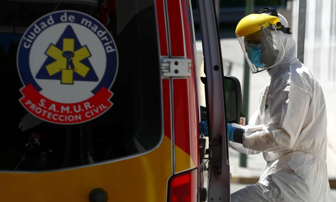 Trabalhador da saúde chega na unidade de emergência de um hospital em Madri, na Espanha Foto: Sergio Perez / Reuters