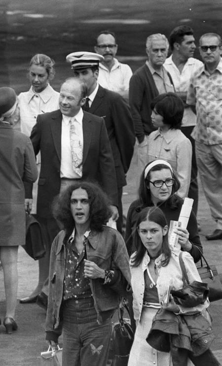 Em agosto de 1971, Caetano Veloso e sua mulher, Dedé, desembarcam no aeroporto do Galeão, para uma temporada de shows e rever a família Foto: Arquivo / Agência O Globo