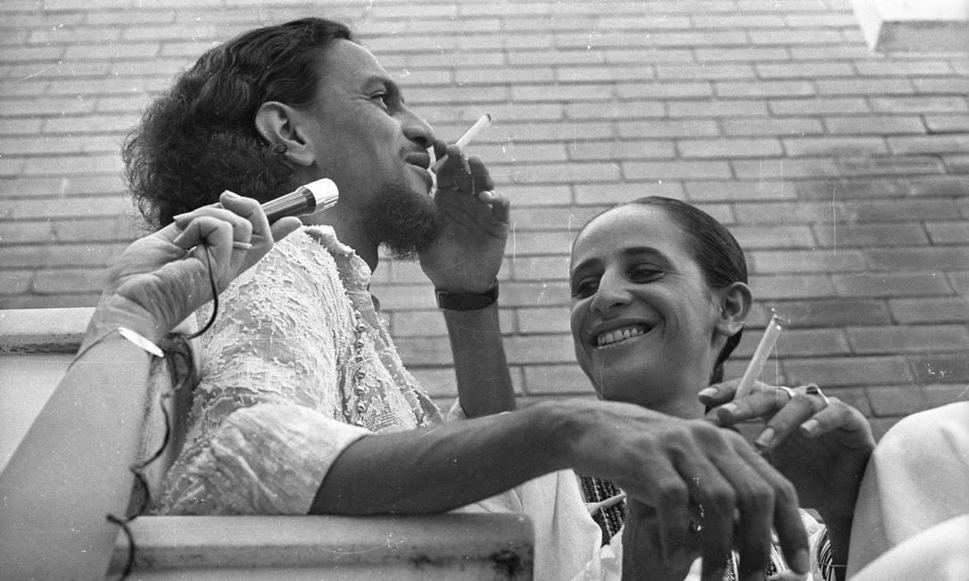 Na casa da irmã, Maria Betânia, Caetano posa para fotos e evita falar com jornalistas durante visita ao Brasil Foto: Osmar Gallo / Agência O Globo