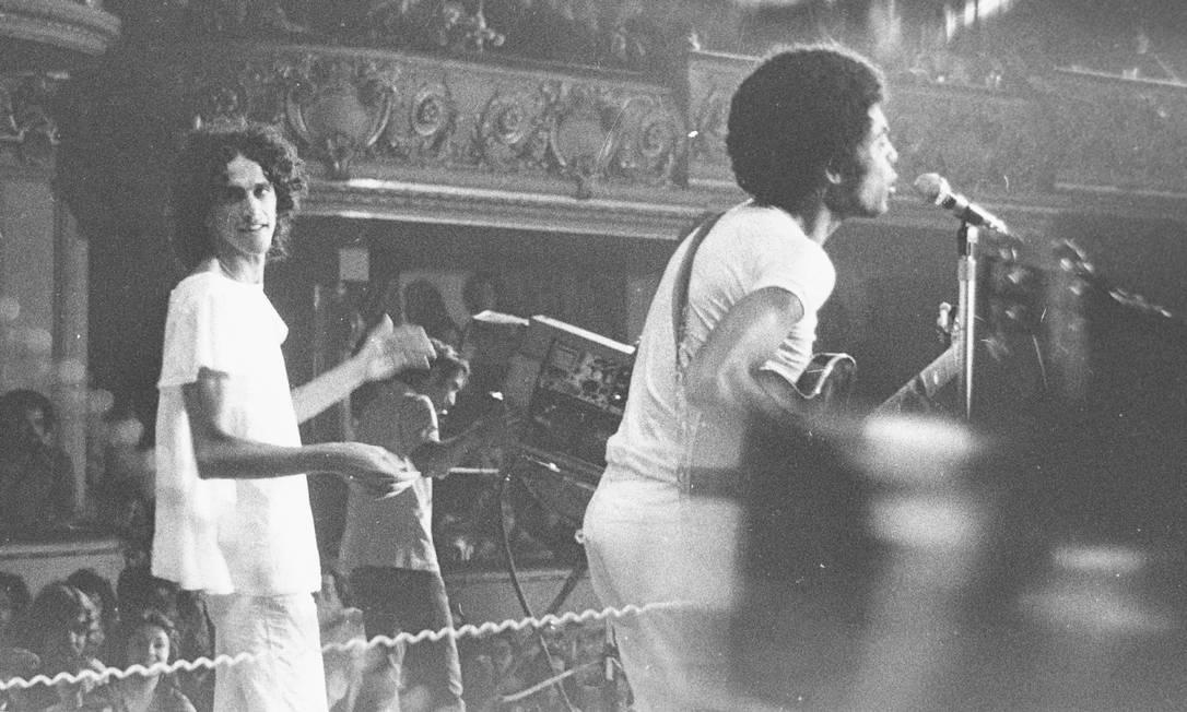 Gil e Caetano em show no Teatro Municipal, em março de 1972 Foto: Arquivo / Agência O Globo