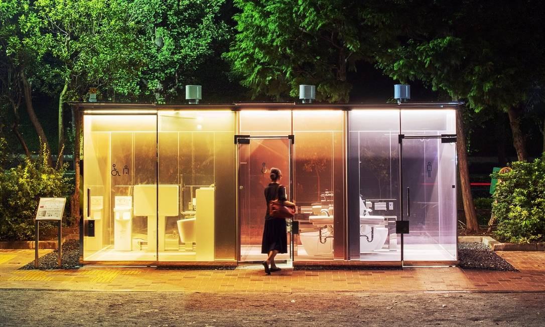 Um dos banheiros públicos com vidros transparentes que acabam de ser inaugurado em Tóquio, no Japão Foto: Satoshi Nagare / The Nippon Foundation / Via The New York Times