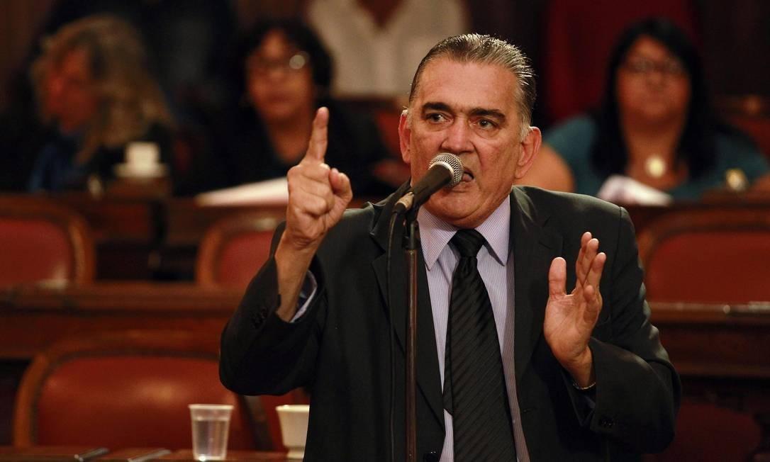 O vereador Carlos Macedo em discurso no plenário da Câmara de Niterói Foto: Márcio Alves / 18.11.2014 / Agência O Globo
