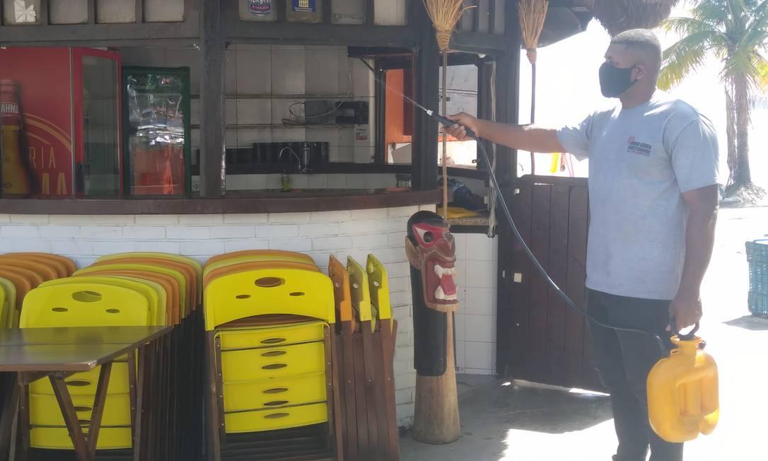 Preparo: quiosque na Praia de Charitas passa por processo de sanitização Foto: Divulgação / Regina Abreu