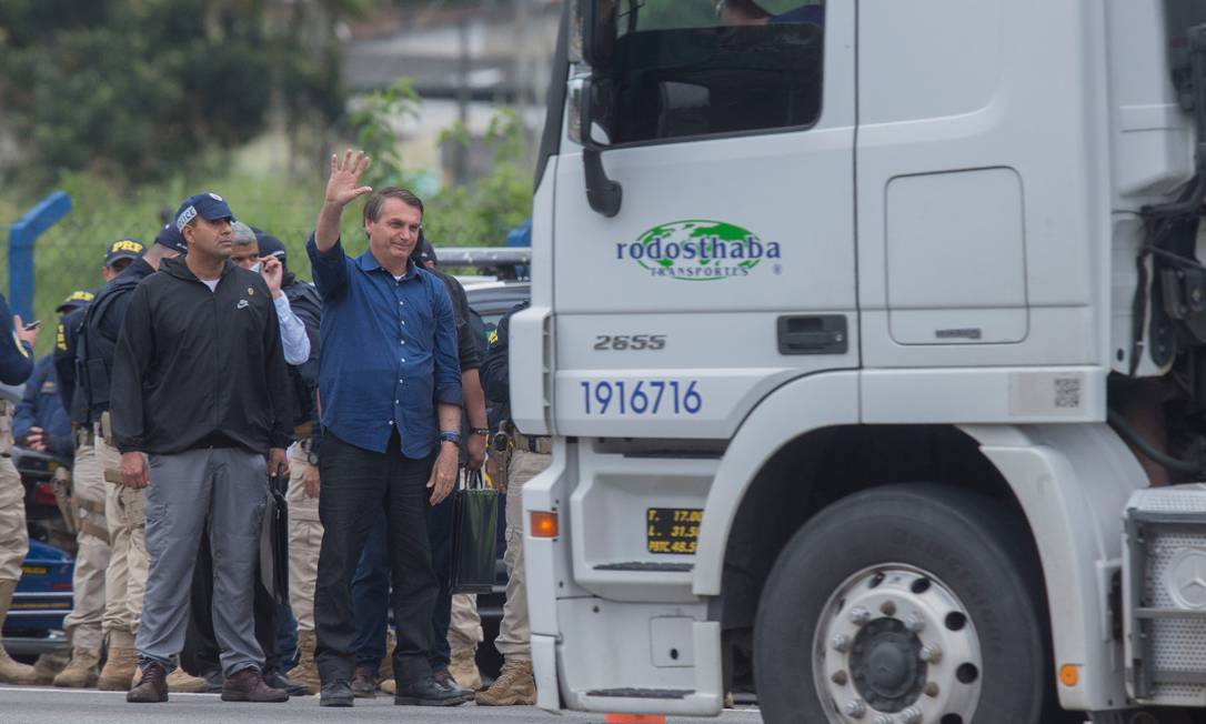 Presidente parou em posto da polícia em Registro (SP) para tirar fotos Foto: Edilson Dantas / Edilson Dantas