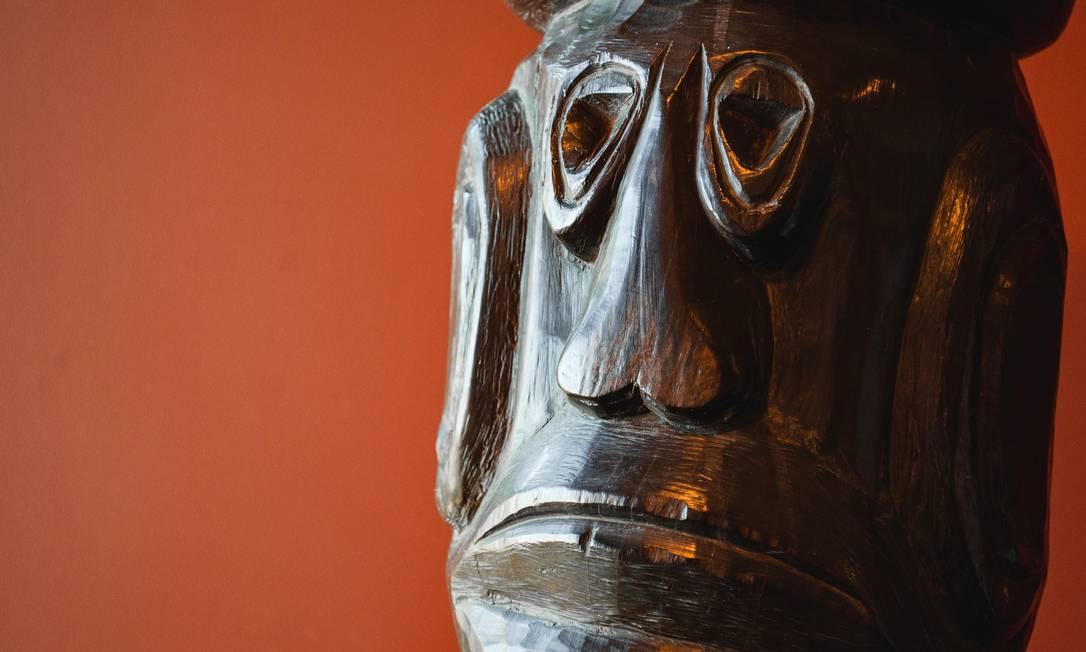 Escultura de Agnaldo Santos feita em madeira Foto: Divulgação/Vitor Pastana