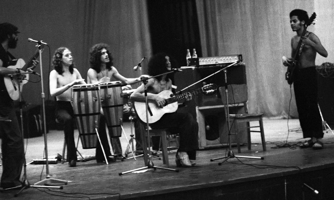 Caetano e sua banda ensaiam no Teatro João Caetano, logo após seu rtorno de Londres Foto: Manoel Soares / Agência O Globo