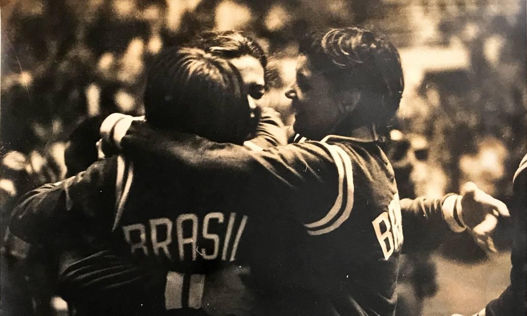 Jogadoras da seleção brasileira de basquete feminino vibram após uma partida no Mundial de 1971, que lhes rendeu uma medalha de bronze Foto: Divulgação