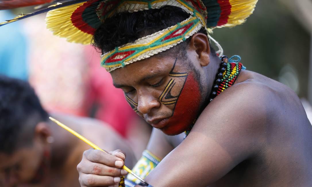 Imagem ilustrativa de indígena fazendo pintura corporal Foto: Michel Filho / Agência O Globo