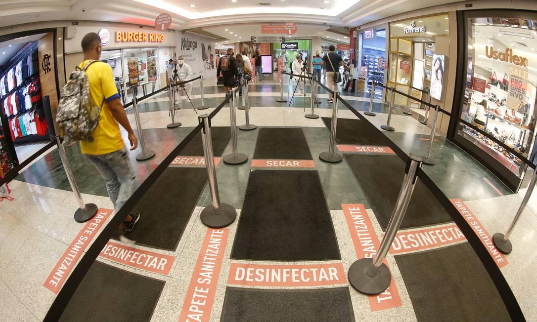 Afetados pela pandemia, lojistas de shoppings esperam atrair clientes com promoções Foto: Roberto Moreyra / Agência O Globo