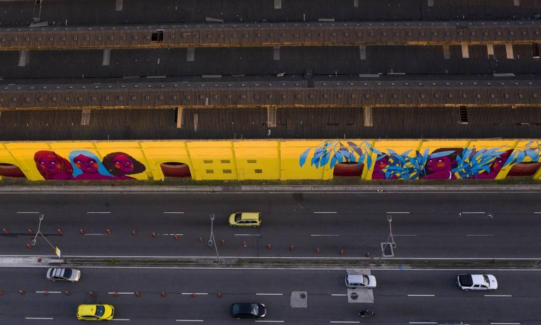As pinturas reproduzidas nos muros externos entre os armazéns 10 e 18 estreitarão a relação porto x cidade, acreditam os organizadores Foto: Gabriel Monteiro / Agência O Globo