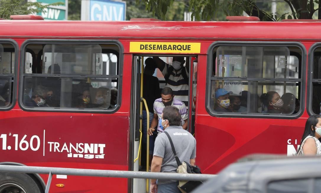 Reflexo da pandemia. Passageiro salta de ônibus em ponto no Centro: Transnit demitiu 332 rodoviários sob justificativa de prejuízo devido à baixa demanda Foto: / Fabiano Rocha