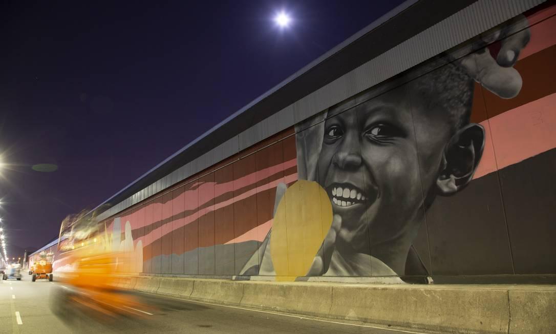 Movimento de arte urbana Rua Walls leva cores para a Avenida Rodrigues Alves: mais de 1,5 km de gigantescos painéis coloridos Foto: Gabriel Monteiro / Agência O Globo