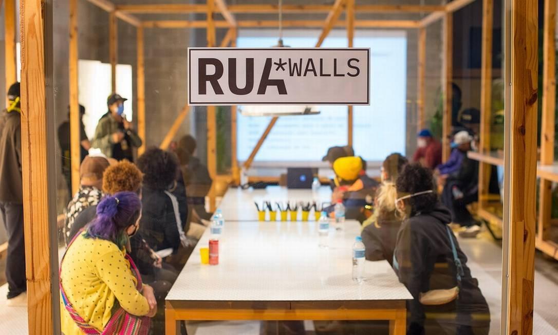 Antes dos artistas irem para a rua, reuniões foram marcadas para que todos os projetos fossem apresentados e debatidos pela organização do Rua Walls Foto: Douglas Dobby / Divulgação