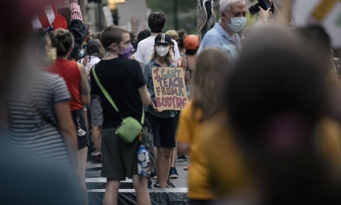 Professores protestam em Nova York contra o plano de reabertura das escolas: pandemia é a maior preocupação dos americanos, e democratas querem pôr foco no tema Foto: JOSÉ A. ALVARADO JR. / New York Times