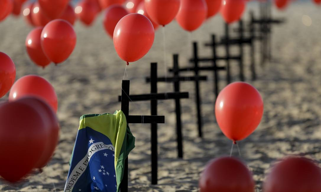 ONG Rio de Paz fez protesto lembrando as 100 mil vítimas de Covid-19 no Brasil. Manifestação foi na praia de Copacabana, em 8 de agosto. Foto: Gabriel de Paiva / Agência O Globo