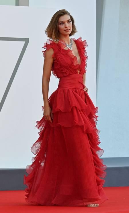 A top Arizona Muse atravessou o tapete vermelho do Festival de Veneza com um vestido decotado e de babados Foto: ALBERTO PIZZOLI/AFP