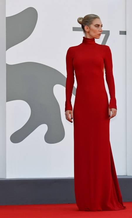 A atriz britânica Vanessa Kirby escolheu um modelo de gola alta, no estilo minimalista Foto: ALBERTO PIZZOLI/AFP