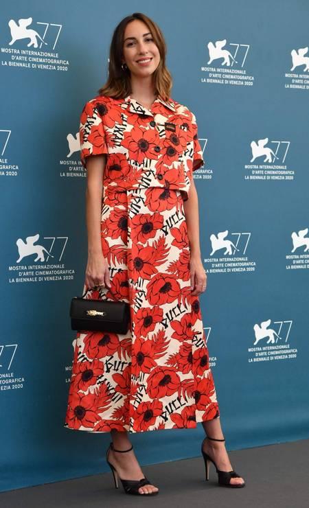 A diretora Gia Coppola escolheu um vestido de flores vermelhas Foto: TIZIANA FABI/AFP