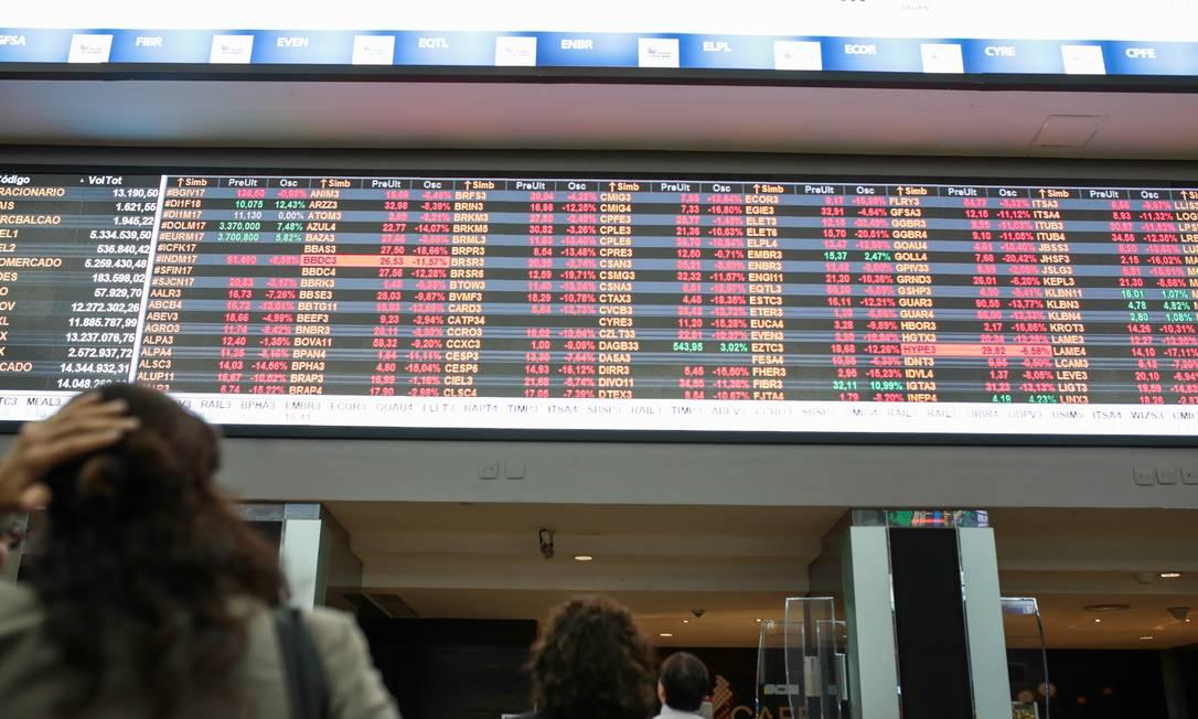 Com a Selic em baixa, a Bolsa de Valores tem atraído cada vez mais pessoas, mas investimento é arriscado Foto: Patricia Monteiro / Bloomberg