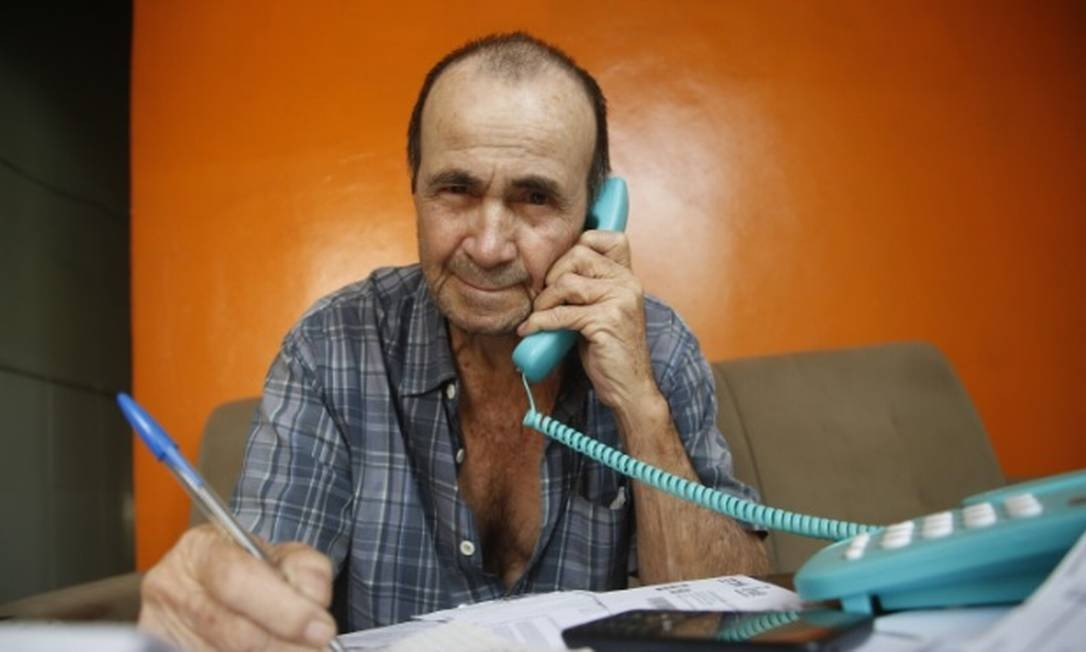O aposentado Rene Andrade, de 78 anos, paga parcelas mensais de consignado Foto: Fábio Guimarães / Agência O Globo