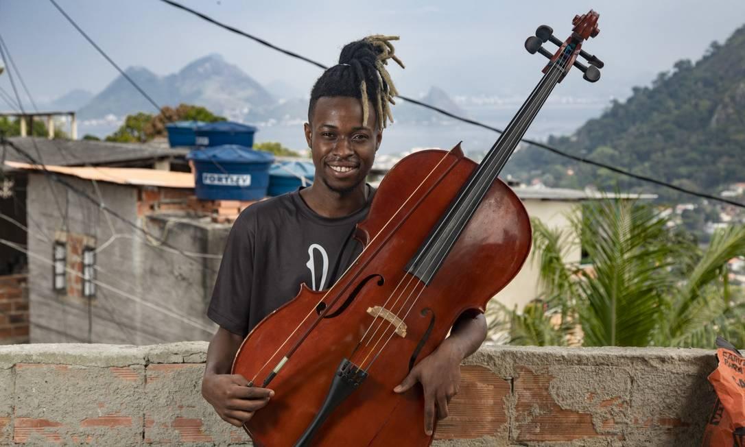 Em casa, o violoncelista Luiz Carlos Justino, de 23 anos, celebra a liberade e faz planos para o futuro Foto: Ana Branco / Agência O Globo