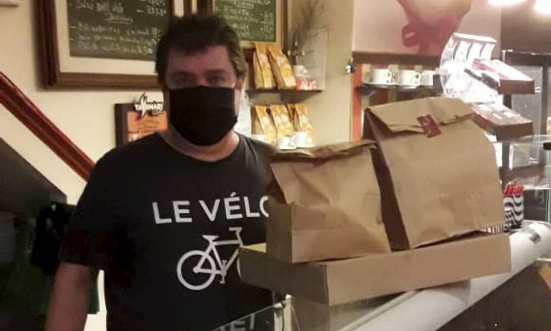 Mais caro. Ricardo, do Ohos Café Carioca, diz que está mais difícil achar algumas embalagens e que os preços subiram Foto: Divulgação