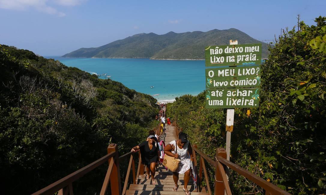 Turistas na Praia do Atalaia, em Arraial do Cabo Foto: Fabiano Rocha / Agência O Globo