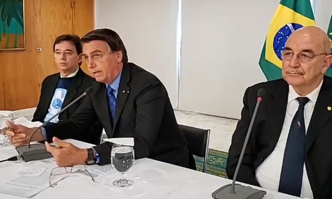 O presidente Jair Bolsonaro em reunião com médicos defensores do uso da hidroxicloroquina Foto: Reprodução/ Facebook
