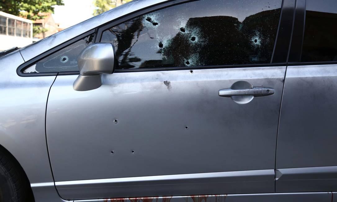 Veículo onde estavam Zóio e a mulher com marcas de tiros: para a polícia, crime teve a assinatura de Ronie Lessa Foto: Thiago Lontra em 14/06/2014 / Agência O Globo