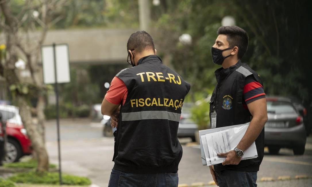 Funcionarios do TRE cumprem mandado de busca e apreensão na residência de Eduardo Paes Foto: Ana Branco / Agência O Globo