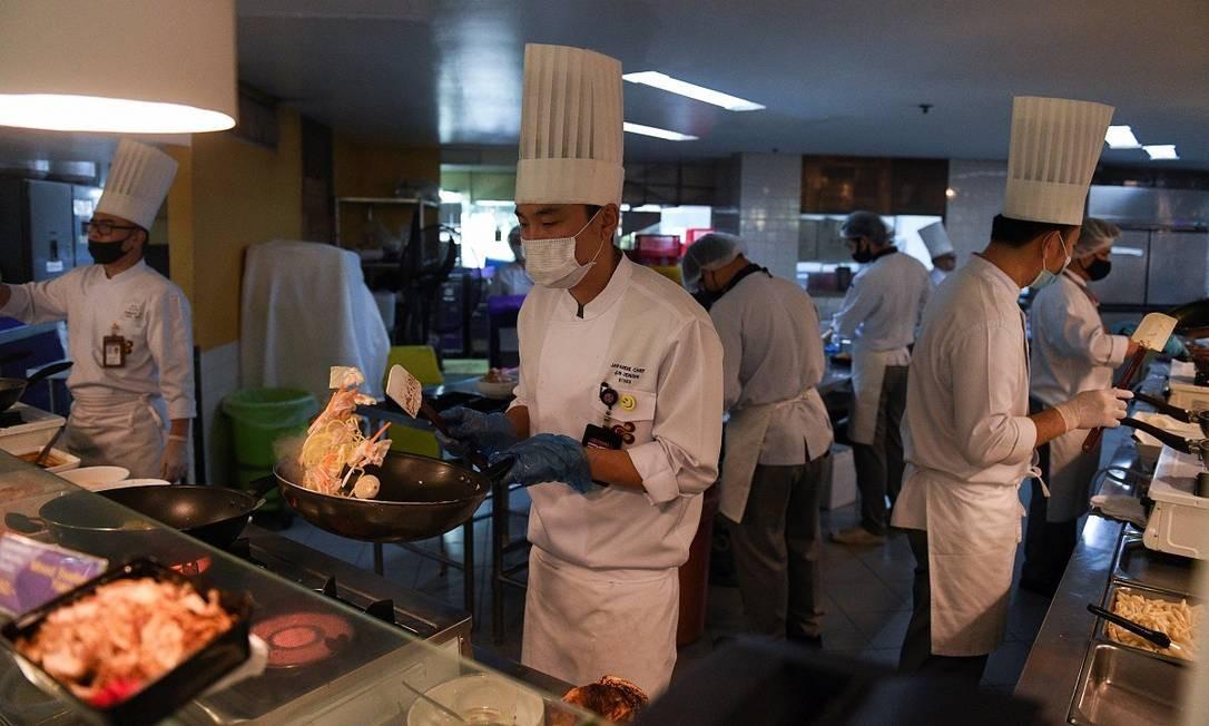 O chef japonês Jun Uenishi comanda a cozinha, que prepara cerca de dois mil pratos por dia, todos saídos dos menus de serviço de bordo da companhia aérea Foto: CHALINEE THIRASUPA / REUTERS