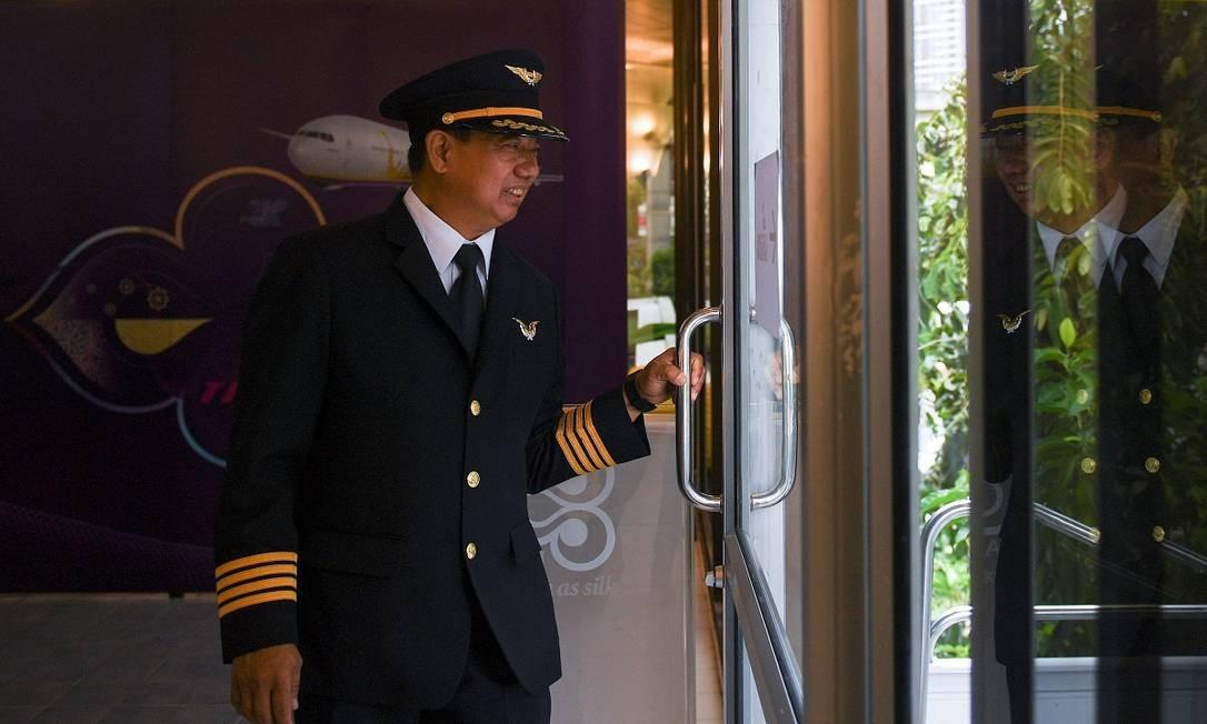 O piloto aposentado Varavut Chevavej trabalha como voluntário no restaurante temático pop-up da Thai Airways, recebendo os clientes logo na entrada Foto: CHALINEE THIRASUPA / REUTERS