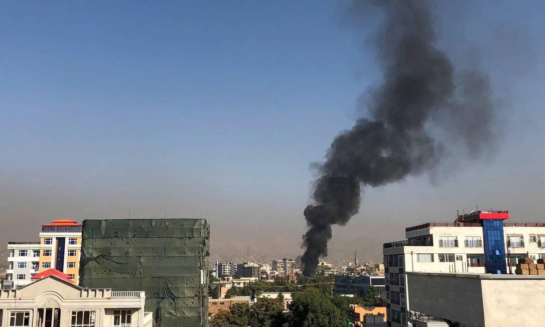 Uma coluna de fumaça marca o local de um atentado frustrado ao vice-presidente do Afeganistão, Amrullah Saleh Foto: NAJIBA NOORI / AFP