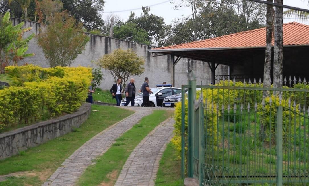 Policiais cumprem mandado de busca e apreensão na casa onde estava o ex-vereador Cristiano Girão, em Arujá (SP) em 09/09/2020 Foto: Edilson Dantas / Agência O Globo