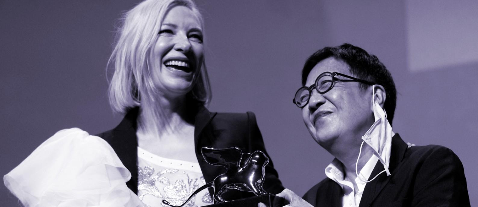 A atriz Cate Blanchett, que preside o júri do 77º Festival de Cinema de Veneza, entrega o prêmio Leão de Ouro pelo conjunto da obra à diretora Ann Hui, de Honk Kong. A atriz Tilda Swinton também foi premiada na categoria Foto: AFP