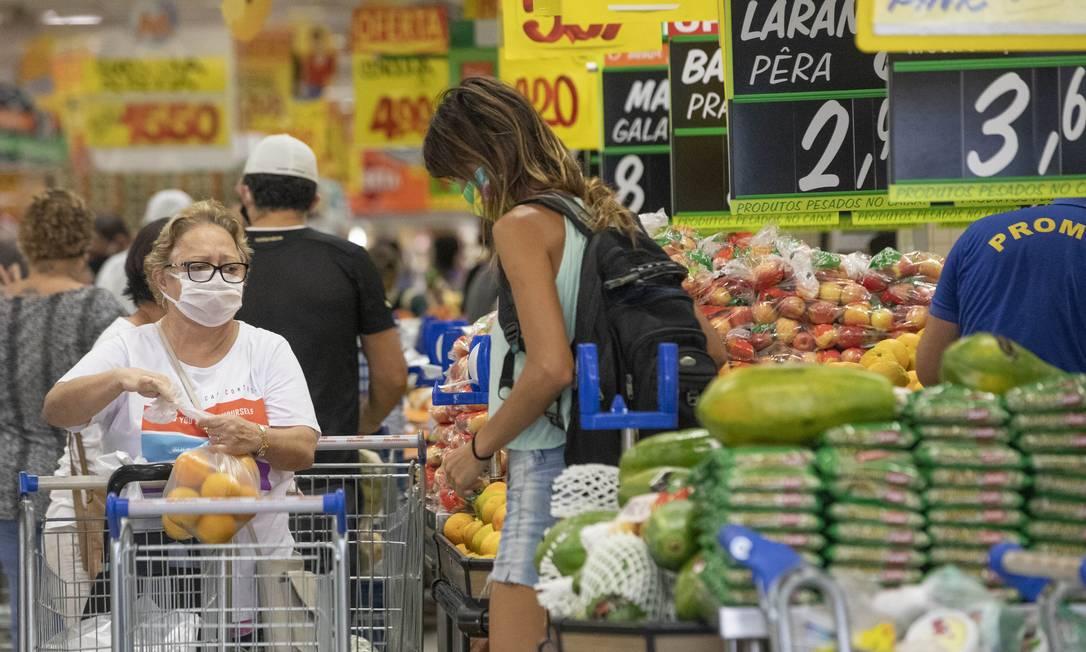 Preço de alguns alimentos tem subido nas últimas semanas Foto: Ana Branco / Agência O Globo
