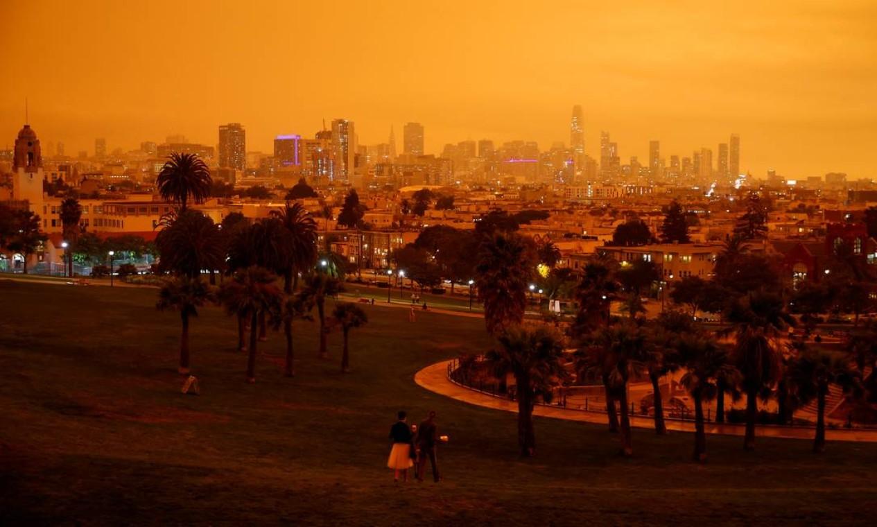O centro de São Francisco é visto do Dolores Park sob éu laranja escurecido pela fumaça dos incêndios florestais. Três estados americanos são afetados: Washington, Oregon e Califórnia Foto: Stephen Lam / REUTERS