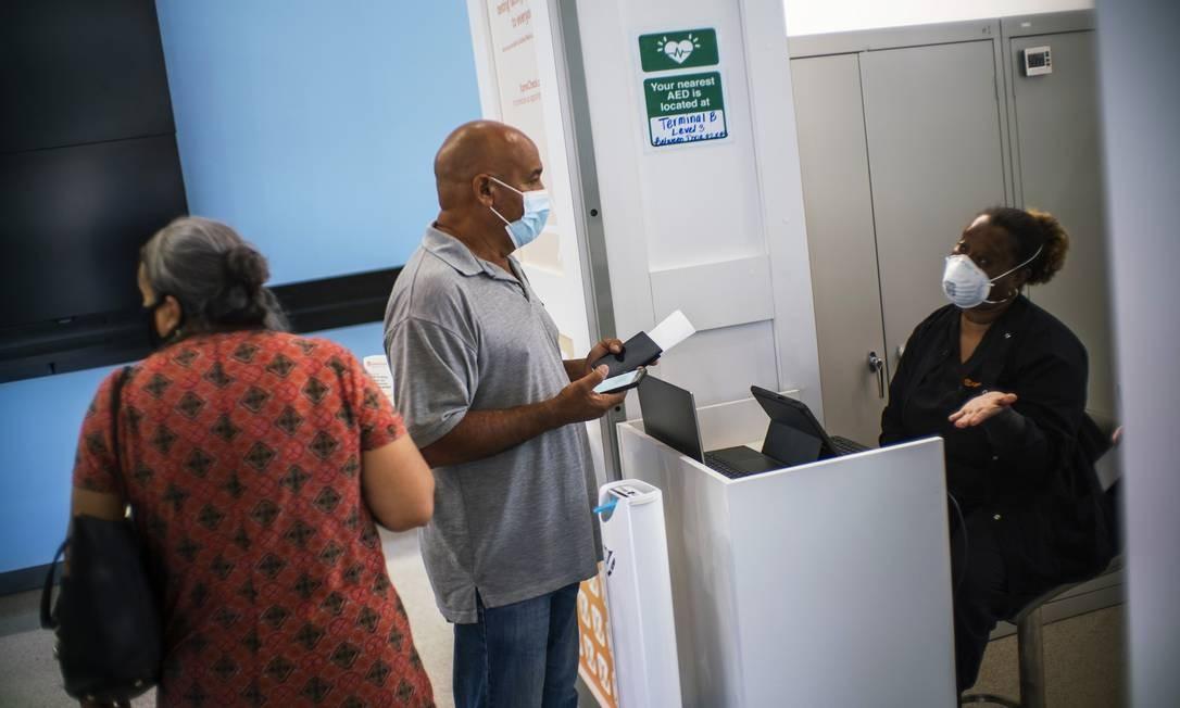 Passageiros fazem teste para Covid-19 antes de embarcarem no Aeroporto Internacional Newark Liberty, em Nova Jersey Foto: EDUARDO MUNOZ ALVAREZ / AFP/08-08-2020