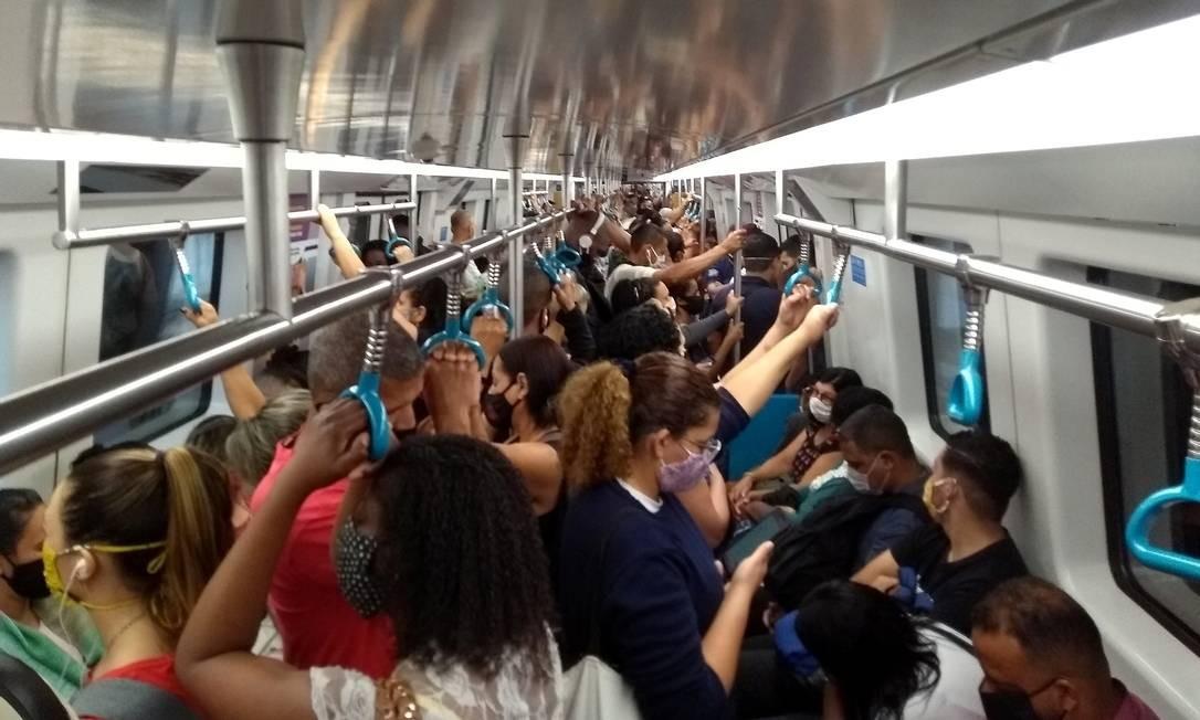 Linha 2 compose Metrô: enquanto em alguns espaços há regras para que não haja aglomerações, o mesmo não é visto nos transportes públicos no Rio em meio à pandemia Foto: Fabiano Rocha / Agência O Globo